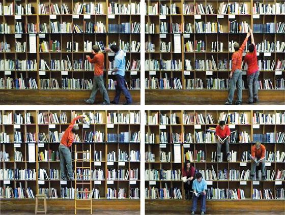 Installation en bibliothèque : Courte vidéo présentant un groupe de danseurs devant les étagères de livres. © Florence Boudet
