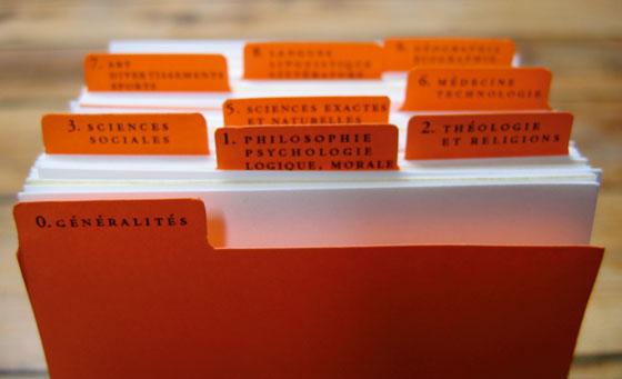 Installation en bibliothèque : Poèmes composés à partir de suites mathématiques en utilisant les numéros de la CDU (Classification décimale Universelle) © Florence Boudet