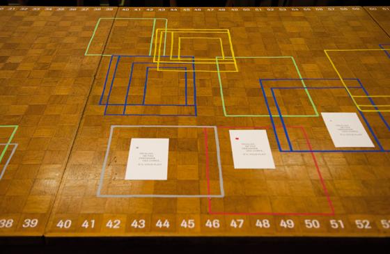 Installation en bibliothèque: Cartographie des déplacements des livres sur une table de lecture. © Florence Boudet