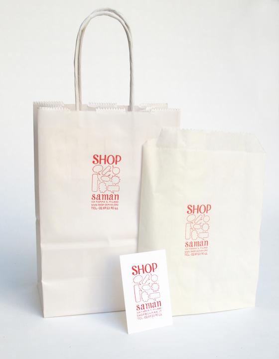 Sac, pochettes, et carte Shop Saman, concept store associatif à Milan. © Florence Boudet