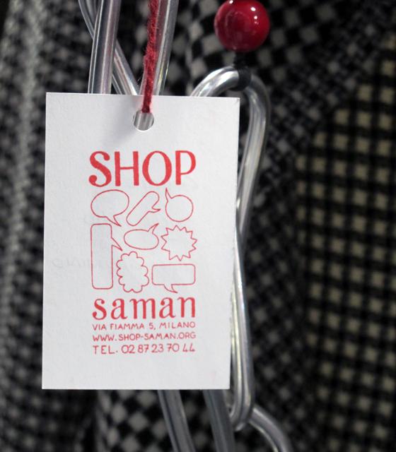 étiquette Shop Saman, concept store associatif à Milan. © Florence Boudet