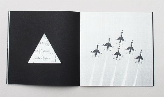 """Delta, livre à trous (découpe triangulaire), liste de multiples sens associés au mot """"delta"""". Ici formation de vol en delta © Florence Boudet"""