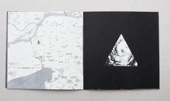"""Delta, livre à trous (découpe triangulaire), liste de multiples sens associés au mot """"delta"""". Ici Delta, British Columbia, Canada © Florence Boudet"""