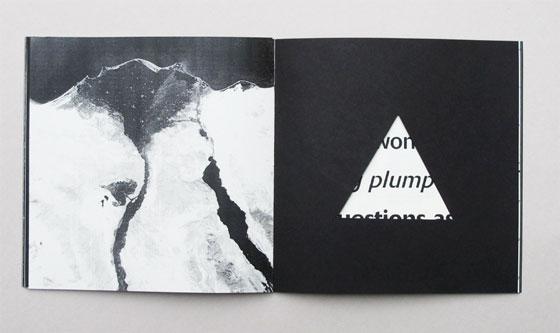 """Delta, livre à trous (découpe triangulaire), liste de multiples sens associés au mot """"delta"""". Ici delta du Nil. © Florence Boudet"""