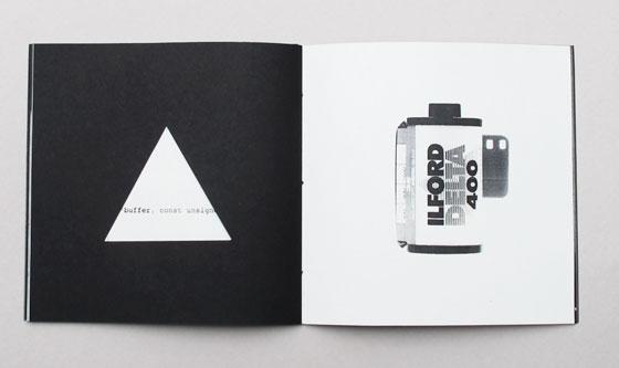 """Delta, livre à trous (découpe triangulaire), liste de multiples sens associés au mot """"delta"""". Ici : pellicule Ilford Delta 400. © Florence Boudet"""