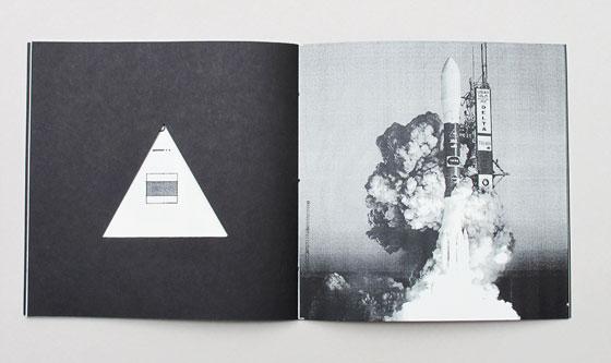 """Delta, livre à trous (découpe triangulaire), liste de multiples sens associés au mot """"delta"""". Ici : la navette spatiale Delta. © Florence Boudet"""