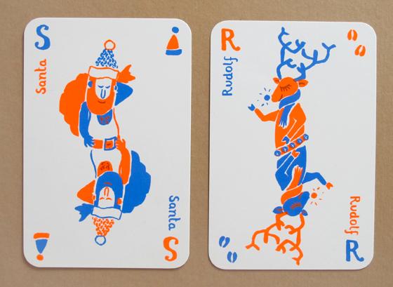 Cartes atouts de noël aux bords arrondis sérigraphiés en deux passages couleurs : renne Rudolf et Santa Claus. ©Florence Boudet