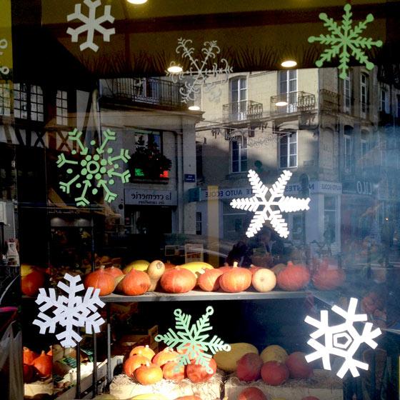 Flocons, décor éphémère sur vitrine à Nantes © Florence Boudet