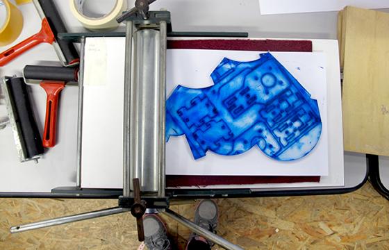 Résidence Papier/Machine : Impression en creux avec une petite presse à bras d'une plaque de plexi usinée au fablab plateforme C à Nantes. © Florence Boudet