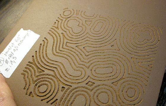 Résidence Papier/Machine : Linogravure à la fraiseuse numérique au fablab plateforme C à Nantes. © Florence Boudet