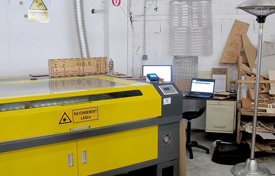 Résidence Papier/Machine : Machine découpe laser au fablab plateforme C à Nantes. © Florence Boudet
