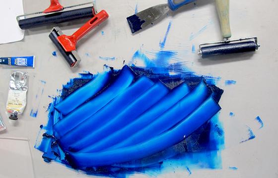 Résidence Papier/Machine : Encre de taille douce bleu orient au fablab plateforme C à Nantes. © Florence Boudet