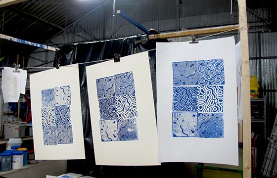 Résidence Papier/Machine : Impression des linos gravés à la fraiseuse numérique au fablab plateforme C à Nantes. © Florence Boudet