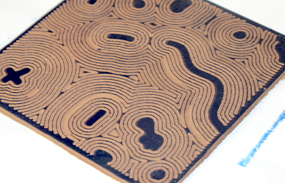 Résidence Papier/Machine : Encrage des linos gravés à la fraiseuse numérique au fablab plateforme C à Nantes. © Florence Boudet