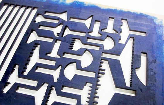Résidence Papier/Machine : Impression de la chute de découpe des nouveaux outils d'écriture au fablab plateforme C à Nantes. © Florence Boudet
