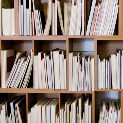 Installation en bibliothèque : livres retournés et présentés sur la tranche. © Florence Boudet