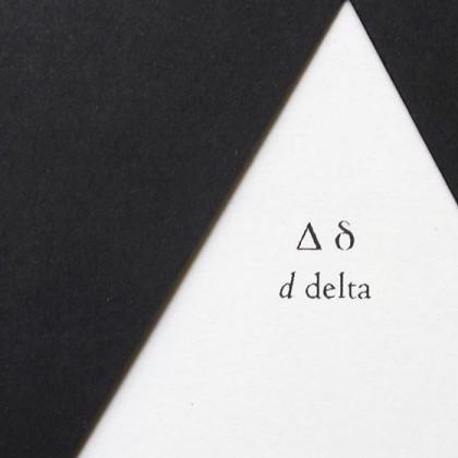 """Delta, livre à trous (découpe triangulaire), liste de multiples sens associés au mot """"delta"""". © Florence Boudet"""